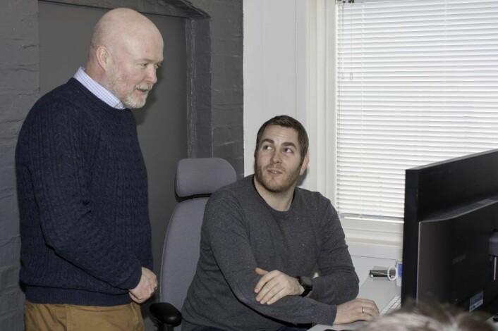 Daglig leder i ContinYou Terje Tobiassen (t.v.) har ansatt flere systemutviklere, deriblant Frode Fuglestad. Tobiassen ser for seg flere nyansettelser i løpet av året. Foto: Kjetil Grønnestad