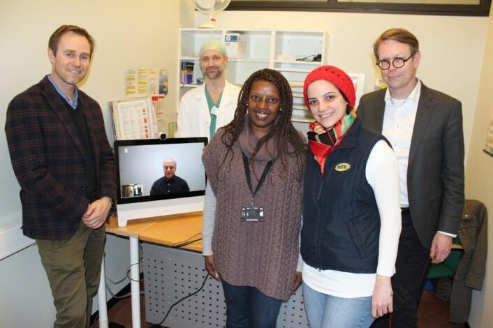 Fra venstre: Jørn Mikalsen, medgründer Skiwo, <u>Martin Auraha</u>, tolk på skjermen, <u>Gregers Halvorsen</u>, Lege ved Helse Førde, Nyonga Amundsen, prosjektleder, <u>Alma</u>, pasient, Jon Bolstad, CEO Helse Førde. Foto: Skiwo
