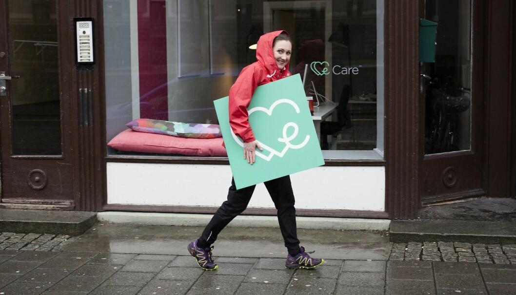 Kristine Askvik i WeCare har fått nytt skilt. Foto: WeCare