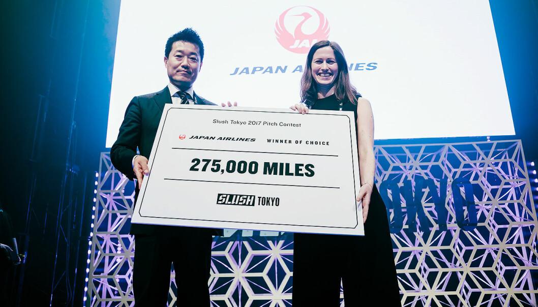 Marie Mostad i Inzpire.me med premien fra Japan Airlines i Slush Tokyo.