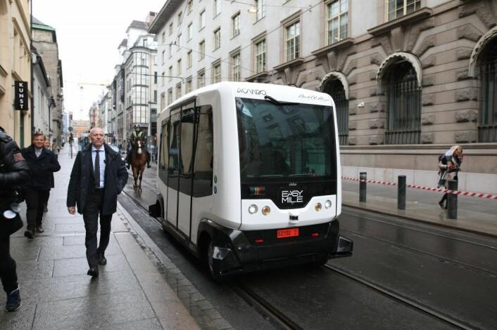 Jonas Gahr Støre og Erna Solberg ankom i sneglefart i en selvkjørende buss. Foto: Lucas H. Weldeghebriel