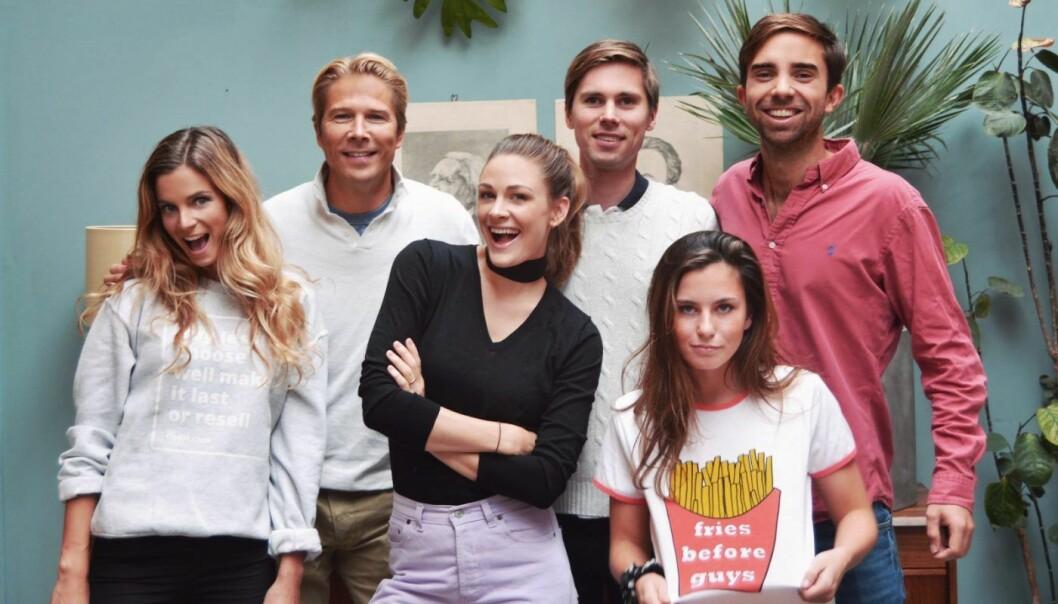 Eirik Frøyland Rime og Axel Franck Næss. Her sammen med styreleder Rolv Erik Spilling (bak til venstre), Jenny Skavlan (i midten) og resten av teamet i Tise. Foto: Tise