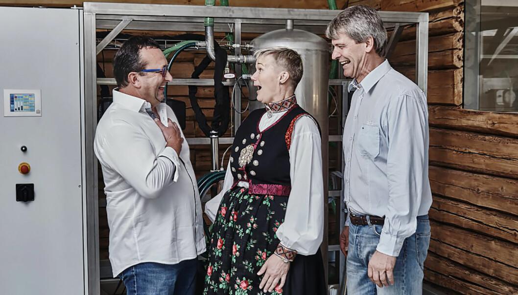 Prototyp: Den første utgaven av N2 Applieds plasmareaktor. F.v. Ferdinand Stempfer (SBI GmbH), Grete Sønsteby (N2 Applied) og Rune Ingels (N2 Applied). Foto: N2 Applied.