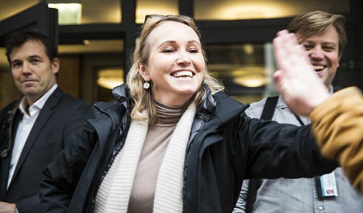 """Anne Worsøe i Bakken & Bæck med en """"high five"""" etter et møte på Stortinget. Foto: Per-Ivar Nikolaisen."""