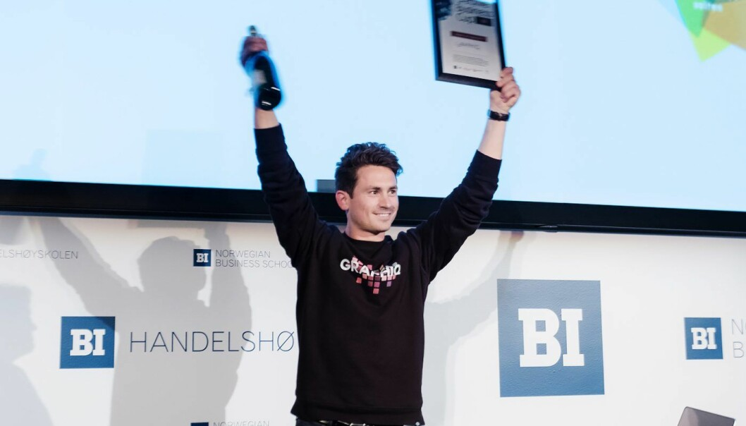 Jakob Palmers i Graphiq da han tok i mot premien som vinner av Creative Business Cup 2017. Foto: Dan Taylor, Dan Taylor Photography