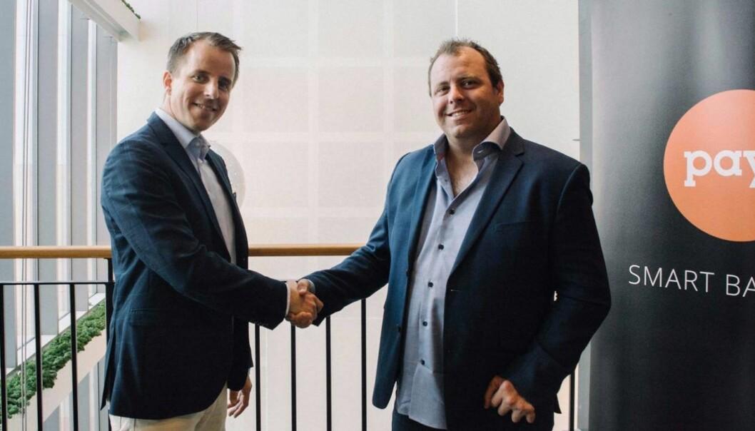 """Magnus Egeberg i Nets og Espen Grimstad i Payr i et """"handshake""""-bilde for pressen. Foto: Nets/Payr"""