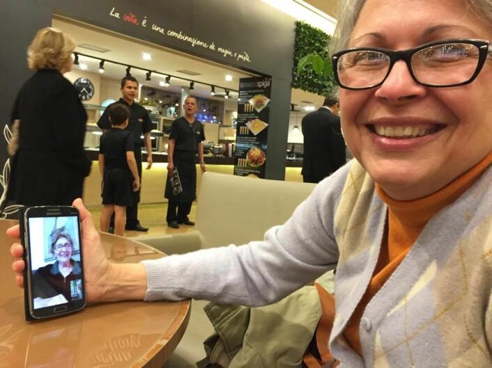 ALLTID TETT PÅ: Fátima snakker med moren sin via Whatsapp når hun er ute på kafé i Belo Horizonte. – Vi snakkes flere ganger om dagen, forteller Fátima. Foto: Kristine Askvik