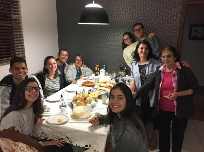 Hjemme hos: Carla (fra venstre), Maurício Augusto, Kristine, Fernando, Ginalva, Fernanda, Clarissa, Gabriel, Selma og bestemor Maria Eny. Hos familien Pimenta bor bestemor fast på gjesterommet. Her er det kaffe, te og kaker søndag kveld.