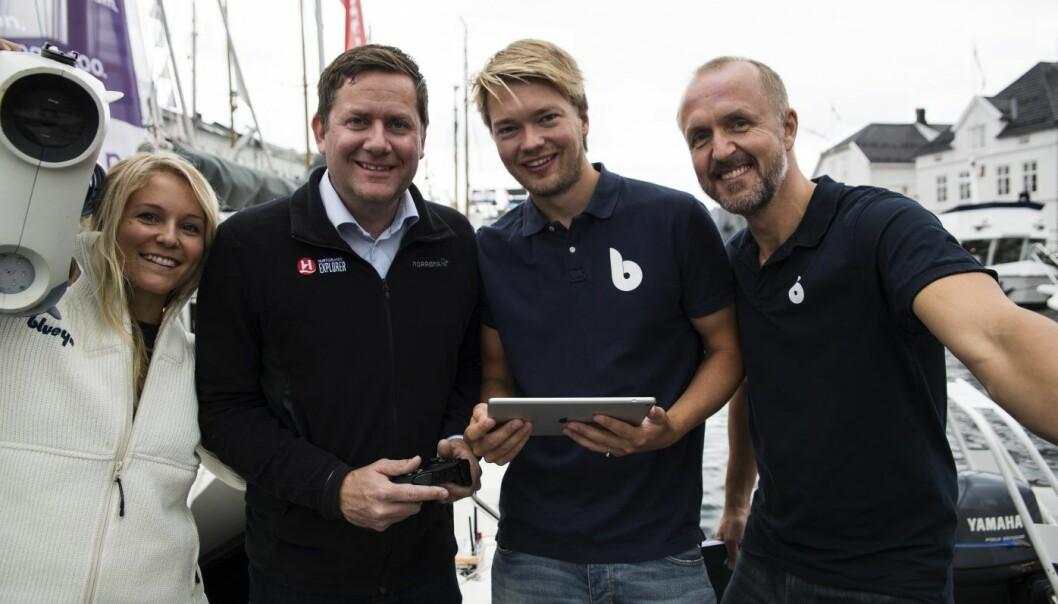 Gründer Christine Spiten, ingeniør Andresas Viggen (nummer 2 fra høyre) og gründer Erik Dyrkoren (t.h.) har funnet tonen med dronen, sammen med Daniel Skjerdam i Hurtigruten (nummer to fra venstre). Foto: Per-Ivar Nikolaisen