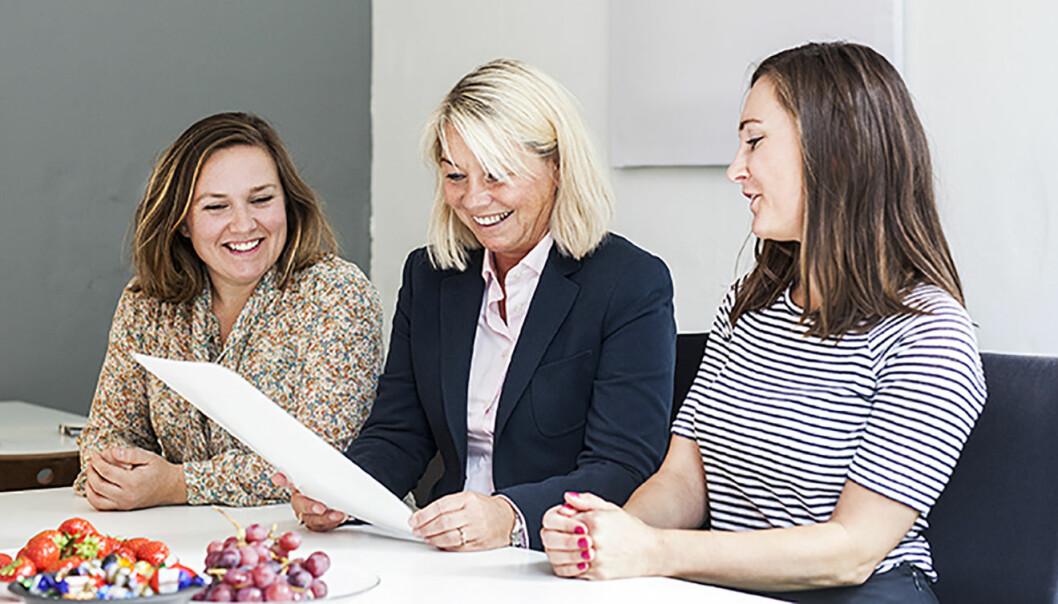 Silje Katrine Robinson (t.v.) og Kristine Askvik (t.h.) fikk besøk av næringsminister Monica Mæland. Foto: WeCare