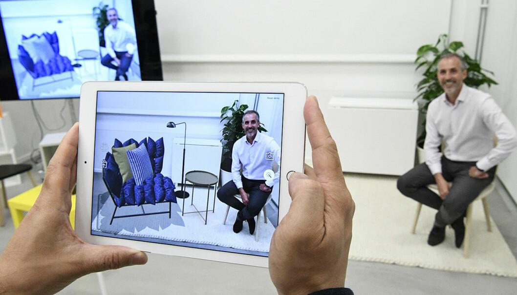 Inter Ikeas sjef, Torbjörn Lööf, fotografert sittende på en ekte stol  med et virtuelt bord og diverse annet ved siden av.Foto: Johan Nilsson / TT