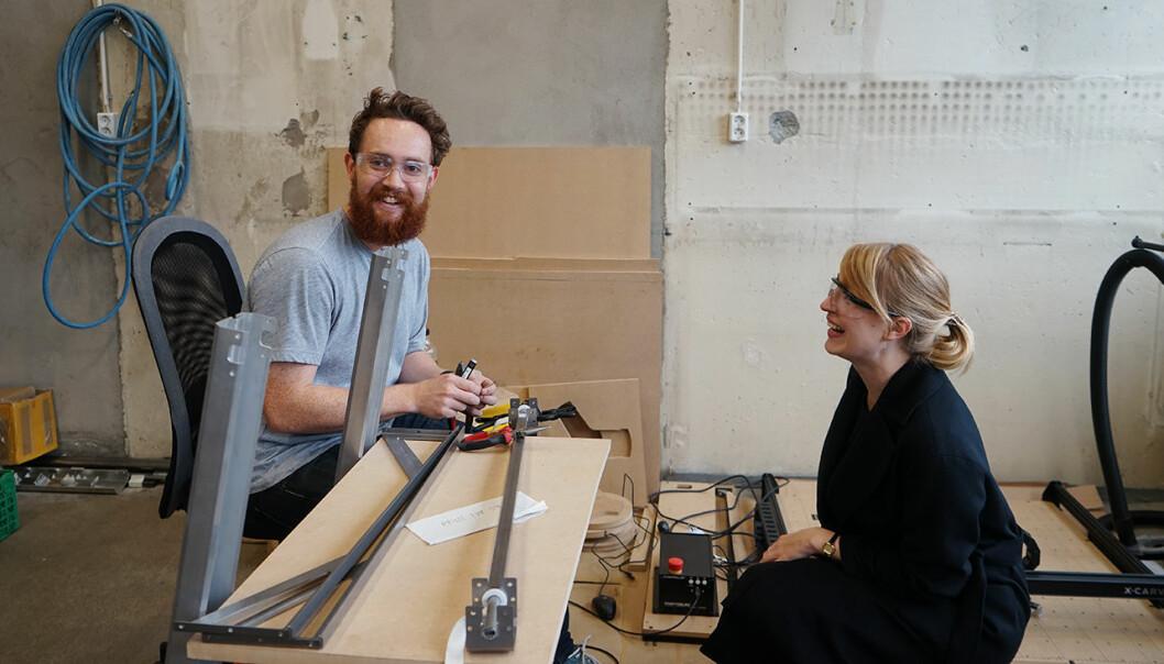 Pål B. Jørgensen i Dropracks er på plass i FAKTRYs nye fasiliteter. Her sammen med Kristine Bangstad Fredriksen leder for teknologi og utvikling i R. Kjeldsberg. Foto: FAKTRY