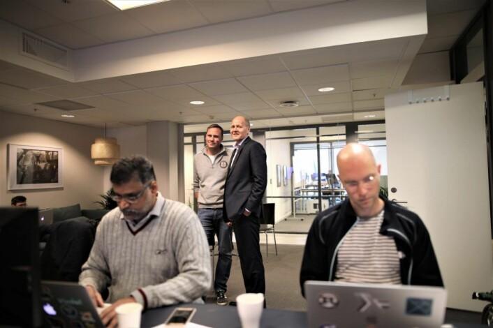 Erlend Prestgaard i Working Group 2, sammen med konsernsjef Sigve Brekke i Telenor. Utviklere i Working Group 2 i forgrunnen. Foto: Lucas Weldeghebriel