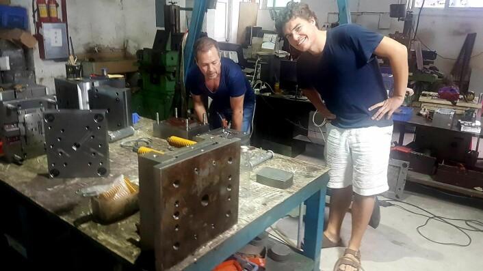 Harald Manheim i MovieMask sammen med Vidar Pedersen i SNØ Design på fabrikken i Kina. Foto: MovieMask