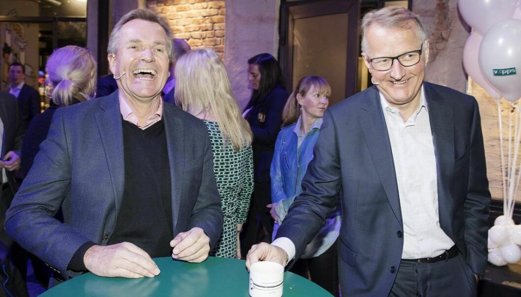 Rune Bjerke (t.h), konsernsjef i DNB og påtroppende styreleder i Vipps, og Finn Haugan, konsernsjef i SpareBank 1 SMN på vegne av SpareBank 1-alliansen tidligere i år, da det ble klart at flere banker satser sammen på Vipps. Litt senere på året var det klart at Vipps, BankID og BankAxept slås sammen. Foto: Gorm Kallestad / NTB scanpix