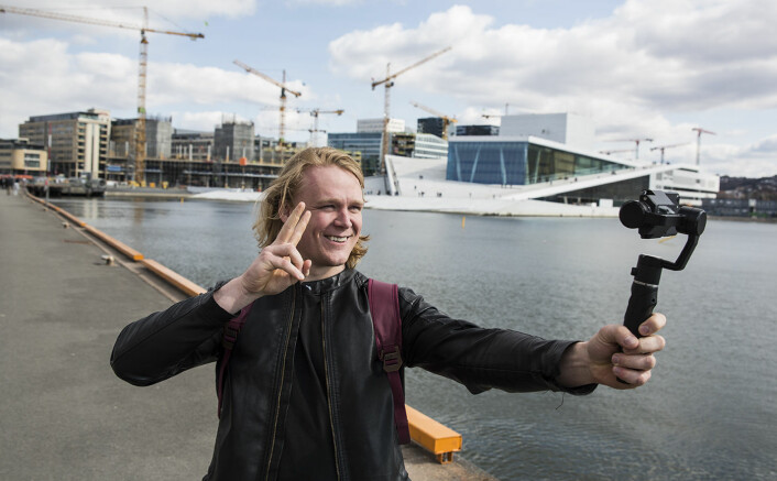 Didrik Dege Dimmen i Flowmotion bruker stabilisatoren selskapet har utviklet, og tar en selfie. Foto: Per-Ivar Nikolaisen