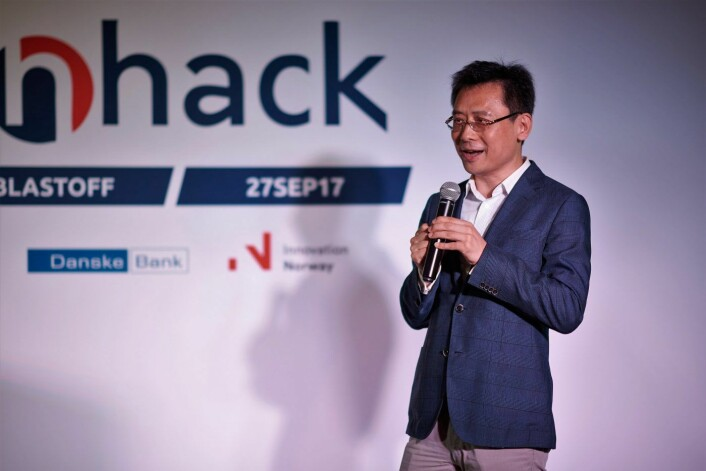 John Liu, co-manager i nHack, hjelper Wiral. Photo: Shanghai Yunhan Event / Aleksandar Carevic