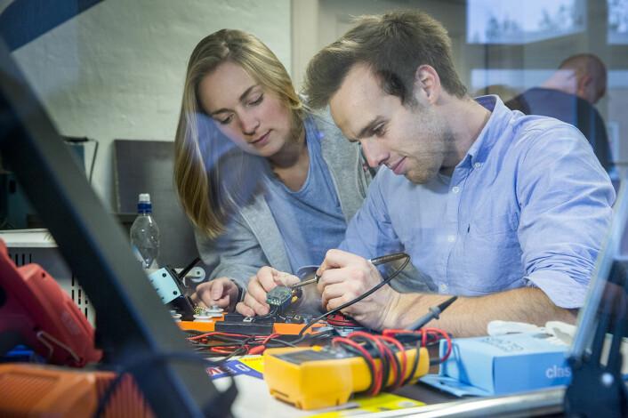 Daglig leder Andrea Holvik Thorson og teknisk sjef Øyvind Aabye arbeider med Wirals kamerasystemet. Foto: Wiral