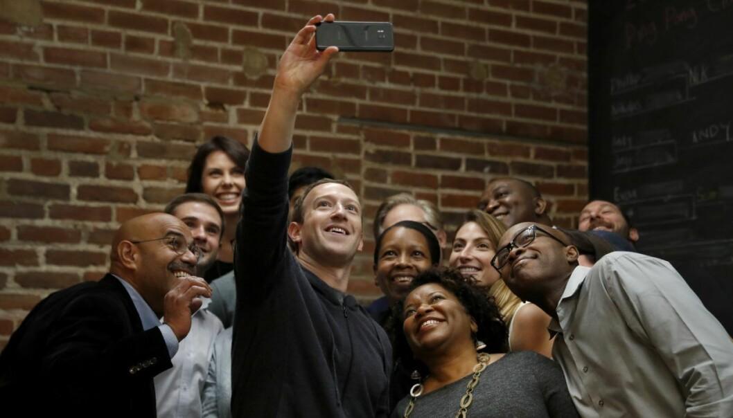 Facebook CEO Mark Zuckerberg tar en selfie med en grüppe entreprenører ved Cortex Innovation Community technology hub. Foto: AP Photo/Jeff Roberson