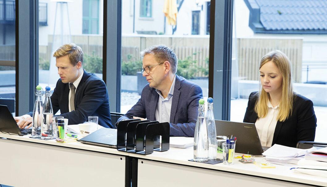 Per Simonsen i Telenor (i midten) med sine advokater fra Wiersholm. Foto: Per-Ivar Nikolaisen