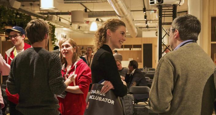 Anne Marte Lehne Just fra Charge Inclubator snakker med en av dem som hadde møtt opp til et foredrag der inkubatorer fortalte om sine tilbud til startups. I bakgrunnen står Henry Williams (StartupLab) og Thea Martine Aalen Wiig (OsloTech) fra Startuplab ved Forskningsparken. Foto: Benedicte Tandsæther-Andersen