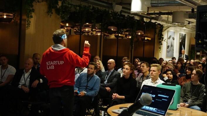 Rolf Assev, partner i Startuplab, under et foredrag flere inkubatorer holdt for et gründerpublikum hos Spaces i Oslo. Foto: Siw Andersen