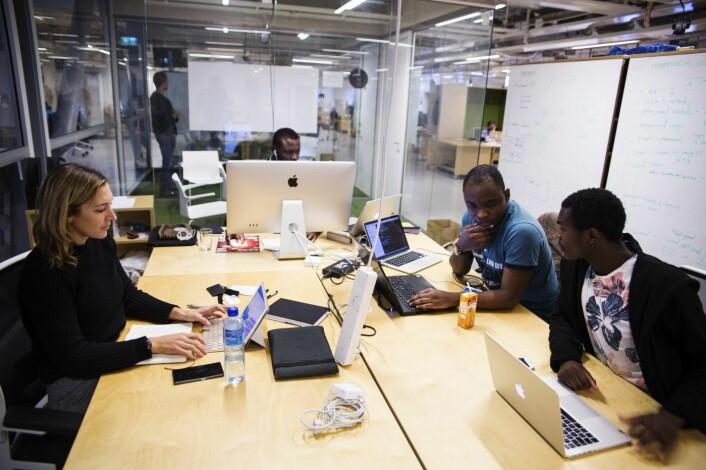 Meryn Willets (f.v.), Janny Kinende, Jonathan Kongolo og Olivier Mukuta i Vipicash sitter på StartupLab i Oslo. Foto: Per-Ivar Nikolaisen