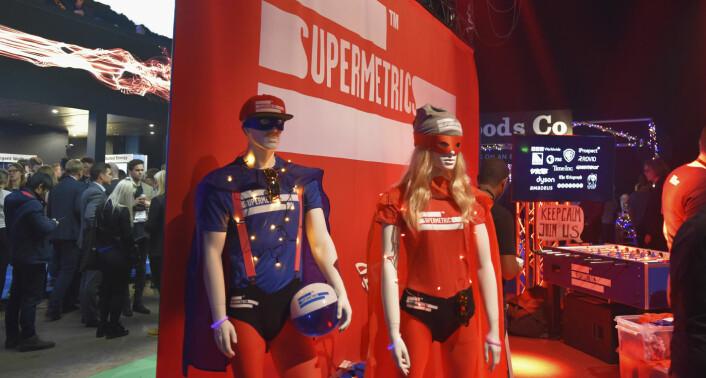 Supermetrics, et markedsføringsbyrå, visste å skille seg ut på Slush. I mylderet av lysshow, roboter og designeffekter, satset Supermetrics på superheltenes kraft. Foto: Benedicte Tandsæther-Andersen
