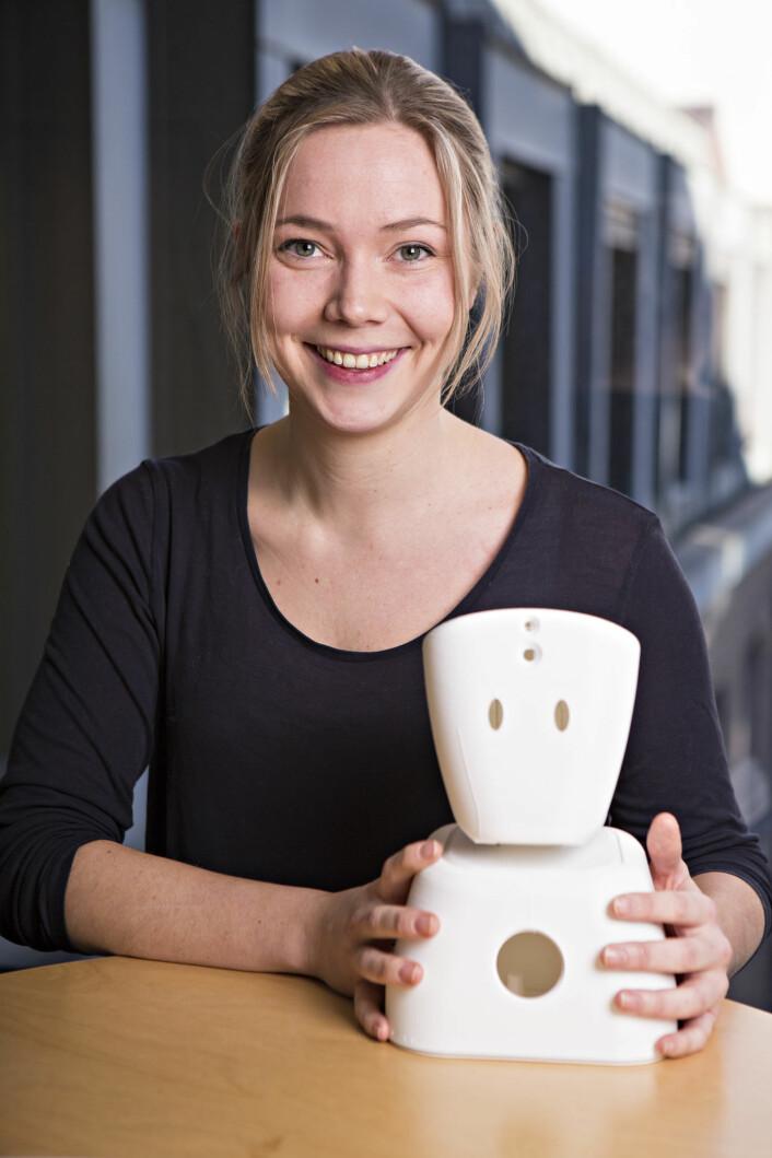 Karen Dolva i No Isolation med det første produktet til selskapet, roboten AV1, som hjelper langtidssyke barn.
