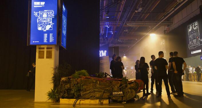 En vraket bil fra en skraphaug har fått nytt liv som blomsterkasse. Det svenske selskapet Stena Recycling står bak den innovative blomsterkassen, som prydet inngangen til selve konferansehallen. Foto: Benedicte Tandsæther-Andersen