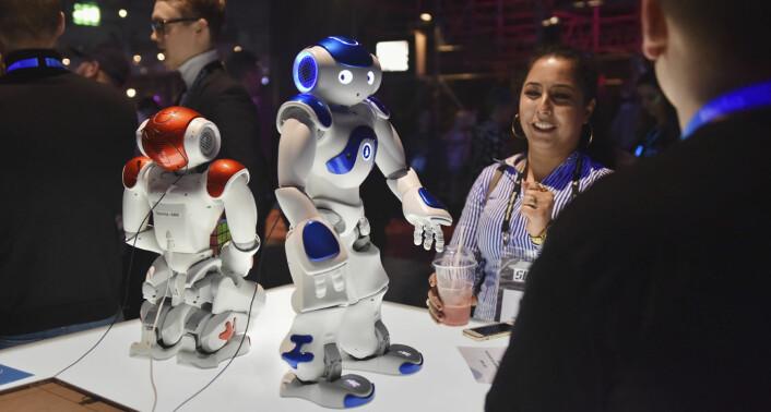 Tietos roboter kunne snakke, danse og svare på spørsmål. De svært høflige robotene beklaget -- på grunn av støyen fra arrangementet -- at de ikke alltid hørte hva de forbipasserende sa til dem. Foto: Benedicte Tandsæther-Andersen