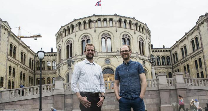 Magnus Gabrielsen (t.v.) ogOscar Hovde Berntsen foran Stortinget da de i sommer besøkte Oslo for å diskutere sin sak med myndighetene. Foto: Per-Ivar Nikolaisen