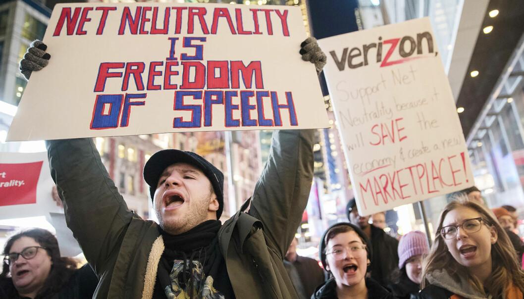 Demonstranter for nettnøytralitet, utenfor Verizons kontoret i New York tidligere i desember. Foto: AP/ Mary Altaffer)