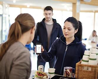 Historisk i Sverige: Flere betaler med betal-apper enn med kontanter.