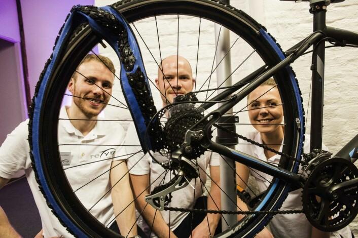 Paul Magne Amundsen, Sigmund Andenes og Elise Landsem i Technium lager glidelåsdekket Retyre, som kan bli en julegavehit for de mange tusen syklistene i Norge.