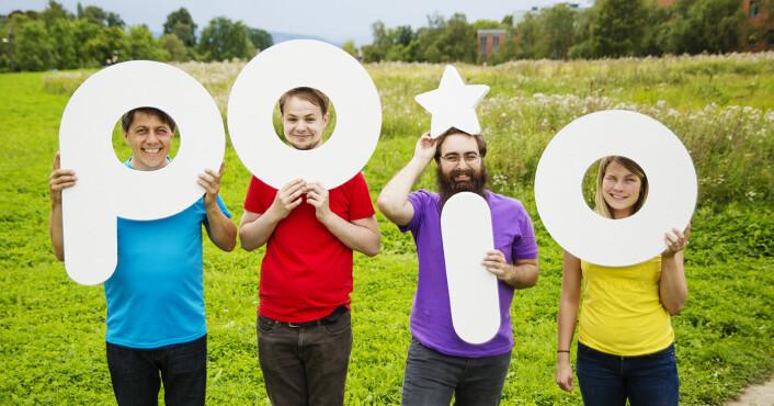 Poio, fotografert med noen av bokstavene de ønsker å hjelpe barn å lære. Fra venstre: Daniel Senn (f.v.), Øyvind Byhring, Johannes Stensen og Kristina Halvorsen i Poio. Foto: Heidi Doktor