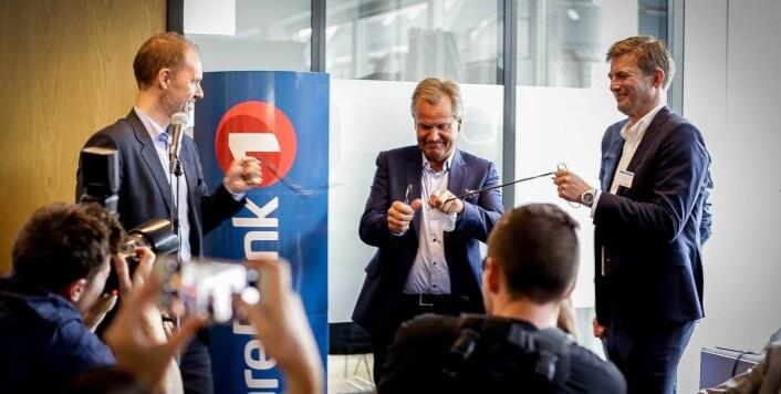 Finn Haugan, konsernsjef i SpareBank 1 SMN, fikk æren av å åpne F3 sammen med kollega Knut EIlif Halgunset og Haakon Skar, daglig leder for NTNU Accel, tidligere i år. En gammel telefonledning gjorde jobben som snor og symbol på teknologiske fremskritt. Foto: Sophie Bergersen.