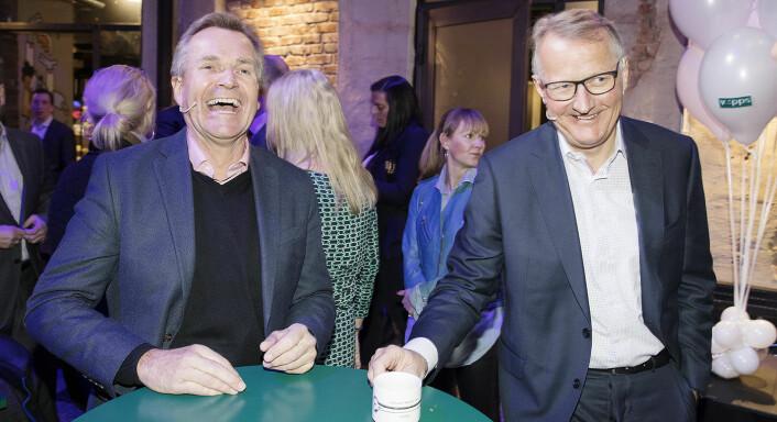 Samarbeid er i vinden: Rune Bjerke (t.h), konsernsjef i DNB og påtroppende styreleder i Vipps, og Finn Haugan, konsernsjef i SpareBank 1 SMN på vegne av SpareBank 1-alliansen tidligere i år, da det ble klart at flere banker satser sammen på Vipps. Litt senere på året var det klart at Vipps, BankID og BankAxept slås sammen. Foto: Gorm Kallestad / NTB scanpix