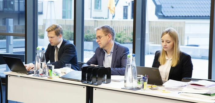 Per Simonsen i Telenor (i midten) med sine advokater fra Wiersholm, da saken ble behandlet i november. Foto: Per-Ivar Nikolaisen
