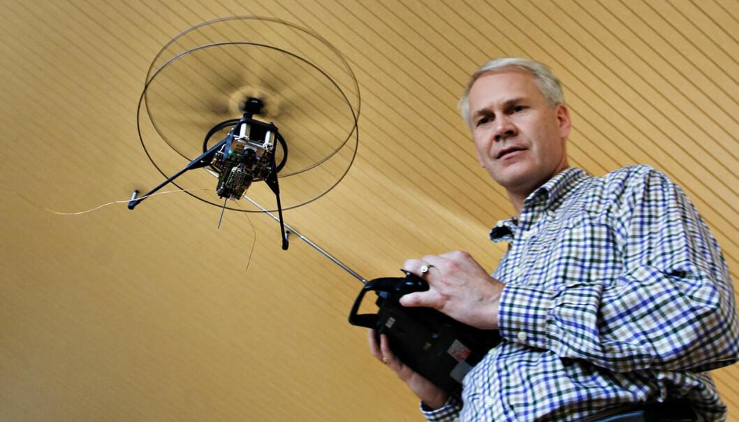 Petter Muren og Prox Dynamics fikk raskt oppmerksomhet for sine fjærlette helikoptre. Her fra da Aftenposten besøkte dem i 2008, for å se på det som trolig var minste batteridrevne radiostyrte helikopter som veide 0,9 gram. Foto: Olav Urdahl, Aftenposten/Scanpix