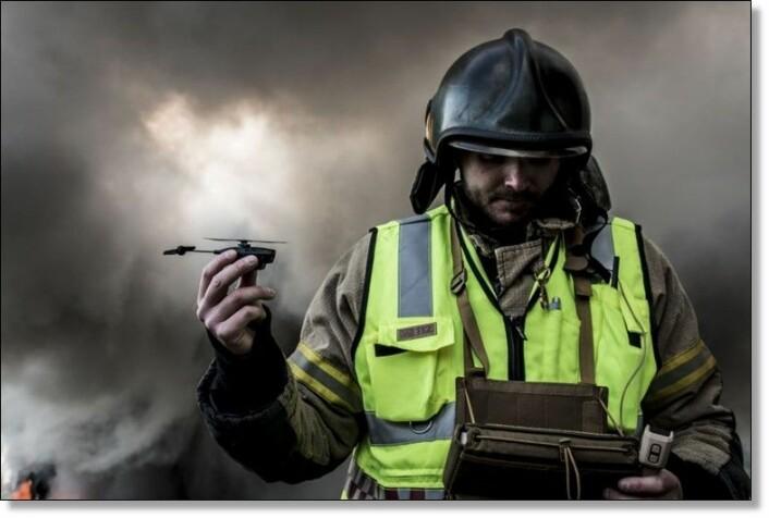 En soldat holder Prox Dynamics sin drone. Foto: Prox Dynamics.