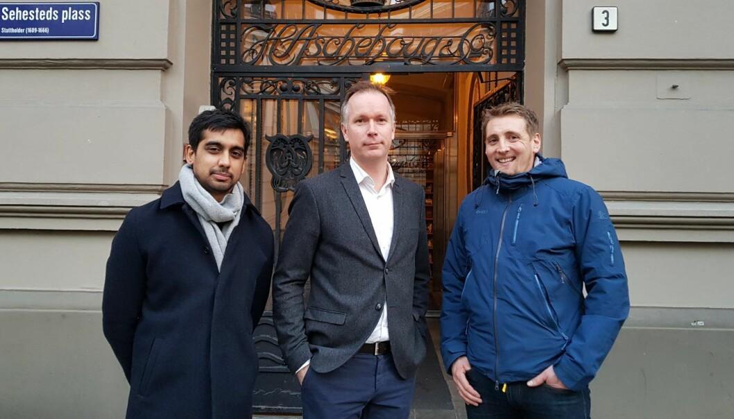 (f.v) Vineet Sharma, daglig leder i Kikora, Anders Kvamme, utviklingsdirektør i Aschehoug og Anders Baumberger, redaktør i Kikora. Foto: Kikora.