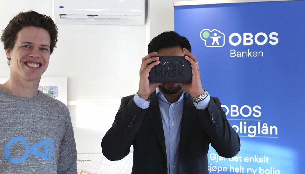 En av de fremmøtte bruker MovieMask for å se på Obos sin nye leilighet, som er digitalisert av Oxyvisuals. Eirik Wahlstrøm står ved siden av. Foto: MovieMask