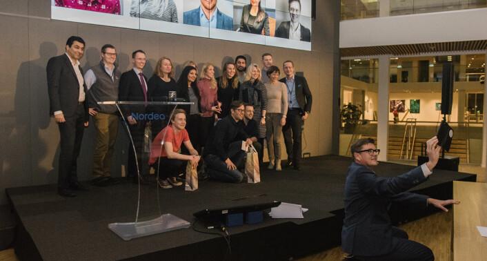 Juryen og finalistene i Nordeas gründerkåring poserer for en selfie sammen med Nordeas markedsdirektør, Paal Sprakehaug. Markedsføring og synlighet i sosiale medier var ett av kriteriene startupene ble målt på. Foto: Benedicte Tandsæther-Andersen