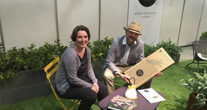 Katja Marty Bye og Kristian Bye på Oslo Design Fair. En Bright Products-lampe ble for anledningen tatt med til designmessen. Foto: Bedd