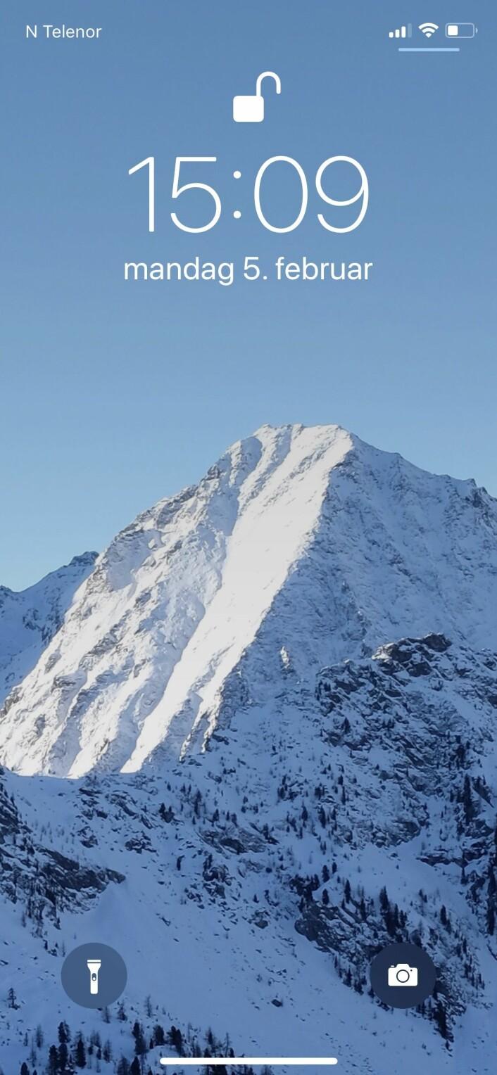 Stein Eggans mobilskjerm viser et fjell i Alpene, fotografert da han var på skitur der i fjor.