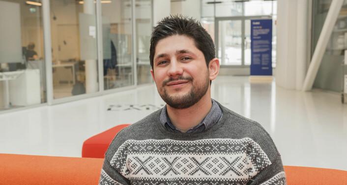 Mohamad Kenas kom til Norge i 2014, etter å ha flyktet fra krigen i Syria. Her i Norge studerer han IT og er blitt tilkallingsvikar for en startup. Foto: Benedicte Tandsæther-Andersen