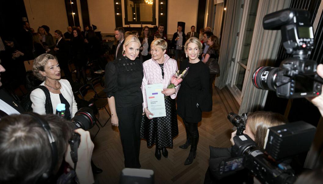 N2 Applied-gründer Grete Sønsteby, flankert av Kronprinsesse Mette-Marit og Anita Krohn Traaseth under utdelingen av