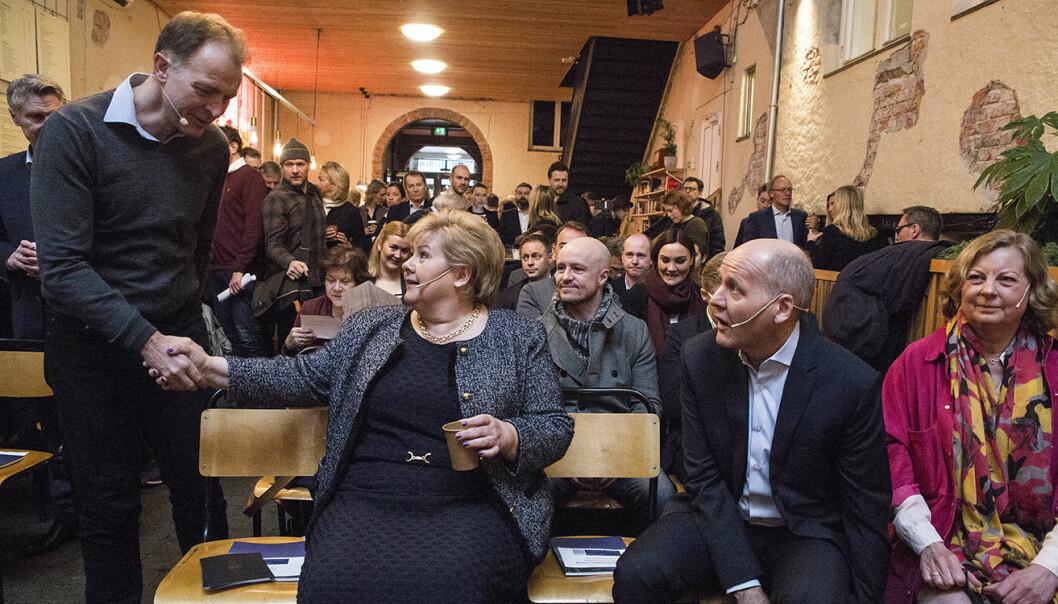 Per Einar Dybvik ved StartupLab hilser på statsminister Erna Solberg på Mesh, da Sigve Brekke og Berit Svendsen i Telenor inviterte til debatt om fremtidssamfunnet. Foto: Per-Ivar Nikolaisen