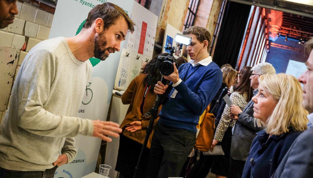 Kristoffer Dybvik vil med DIT-prosjektet skape framtidsrettede og bærekraftige arbeidsplasser. Her med kommunal- og moderniseringsminister Monica Mæland i DOGAs lokaler. Foto: Vilde Mebust Erichsen